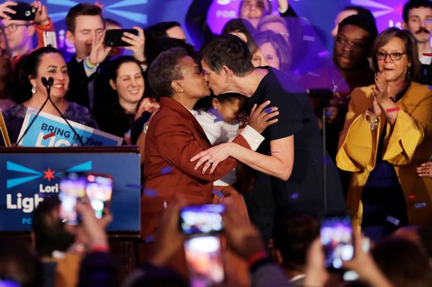 Lori Lightfoot dá um beijo em sua esposa Amy Eshleman, ao fazer discurso emocionado de vitória....