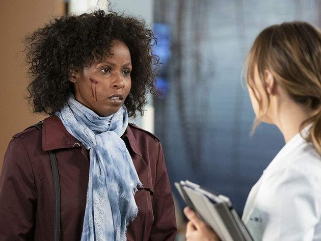 A paciente Abby, em atendimento com a médica Jo Wilson, no episódio