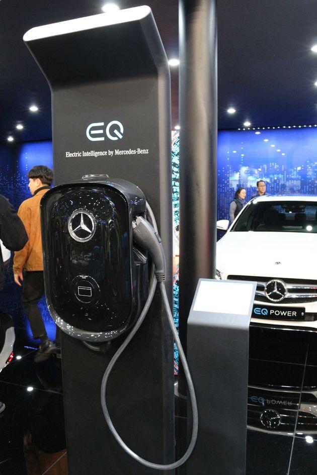벤츠의 EQ 플러그인 하이브리드 모델. 전기차 모드로 운행 가능한 것은 장점이지만, 이 모드로 주행 시 순수 전기차 대비 효율이 절반 이하밖에 나오지 않는다. 1kWh로 2.6km...