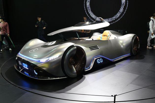 벤츠의 전기차 콘셉트카. 일반 사람들이 생활 속에서 탈 수 있는 자동차가 전기차로 나와야 하는데, 기존 자동차 메이커들은 전기차를 이렇게 특별한 모양으로 만들어 콘셉트카로만 보여주는...