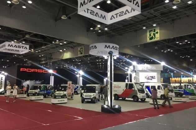 전기로 주행하는 소형 배달차와 승합차를 전시한 MASTA. 일상생활에서 지속 가능성을 높일 수 있는 자동차를 전시하고