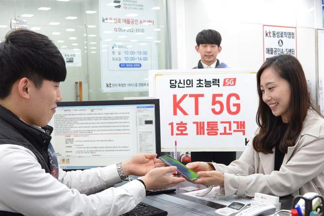 KT도 지난 3일 밤 대구 동성로 KT 직영점에서 일반인 이지은씨를 대상으로 '세계 최초' 5G 서비스를