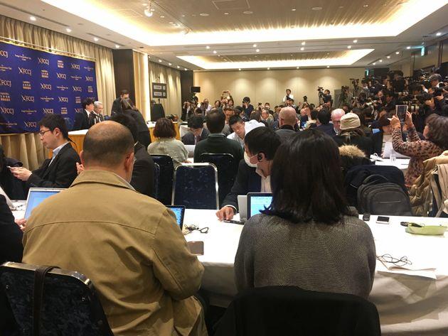 会見場には、開始前から大勢の報道関係者が詰めかけ、国内外での関心の高さをうかがわせた