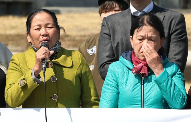 베트남 퐁니마을 학살 생존자 응우옌 티탄(왼쪽)씨 등이 4일 오후 서울 종로구 청와대 분수대 앞에서 베트남전 민간인 학살 피해자 청원서 제출 기자회견을 하고