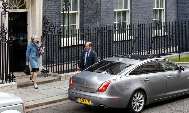 의회로 향하기 위해 총리실을 나서는 테레사 메이 영국 총리. 2019년
