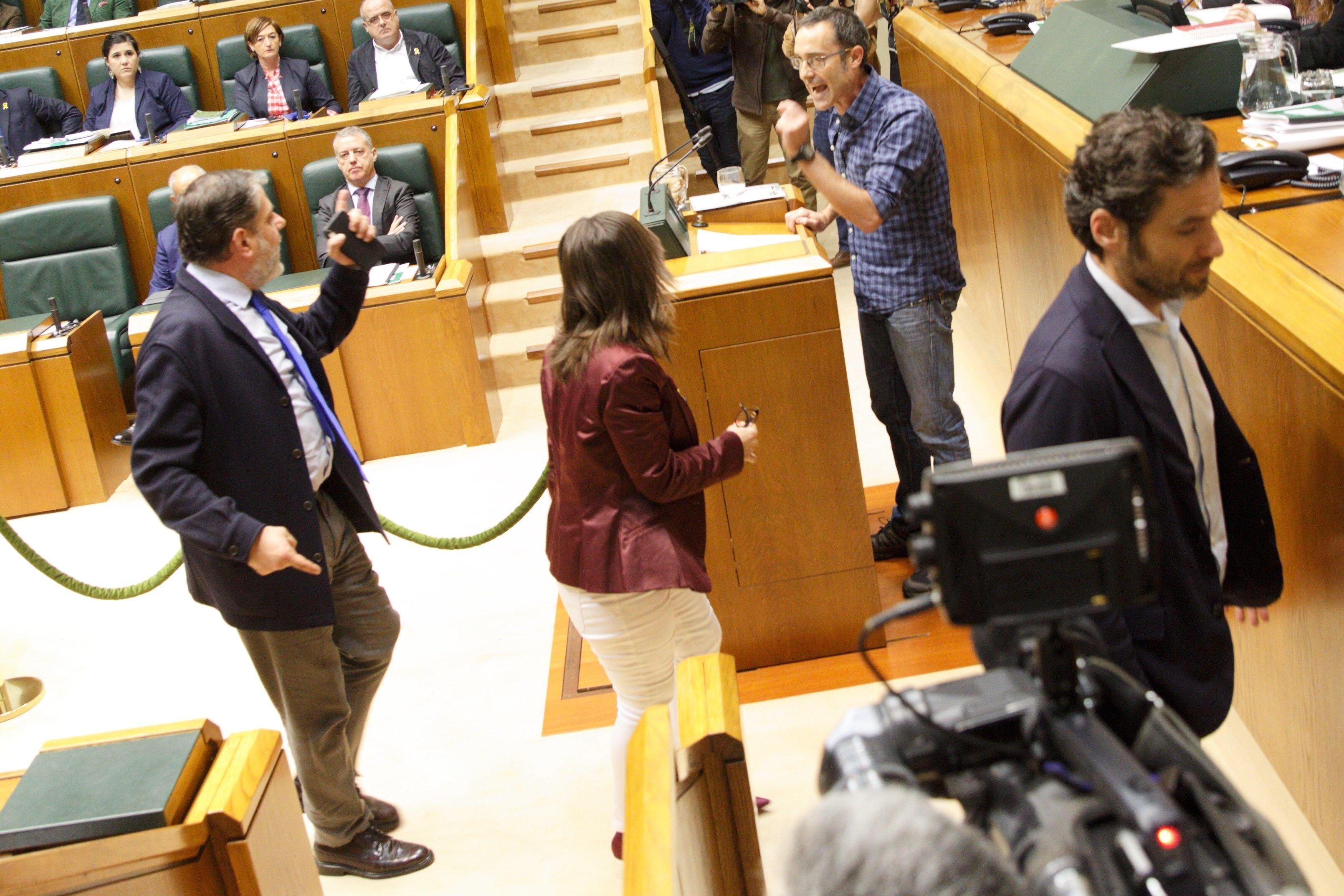 Un parlamentario de Bildu llama