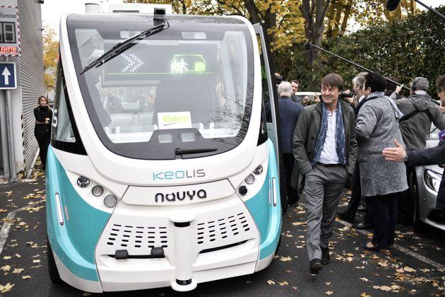 Nicolas Hulot à côté d'un véhicule autonome et électrique Navya, en