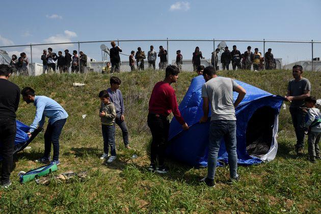 Πρόσφυγες στα Διαβατά προσπαθούν να διασχίσουν τα σύνορα και συγκρούονται με τα
