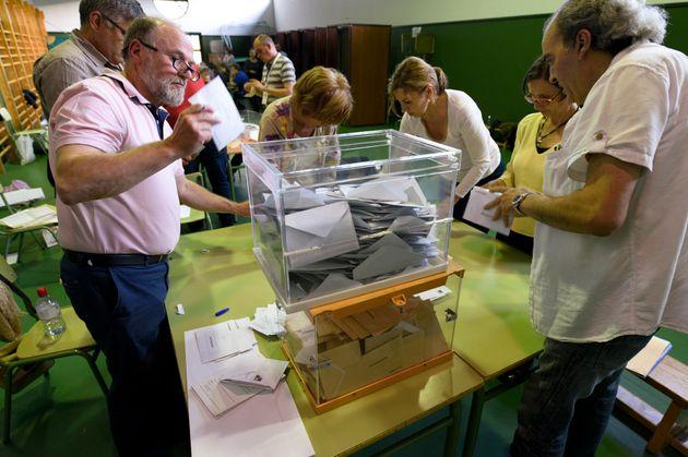 Componentes de una mesa electoral en La Fresneda (Teruel), en las elecciones del 26 de junio de