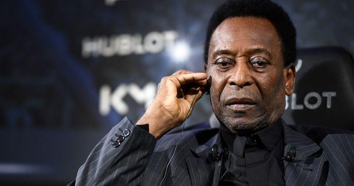 """Pelé, ici le 2 avril lors de sa rencontre avec Kylian Mbappé à l'hôtel Lutetia à Paris, """"va de mieux en mieux"""", selon son conseiller."""