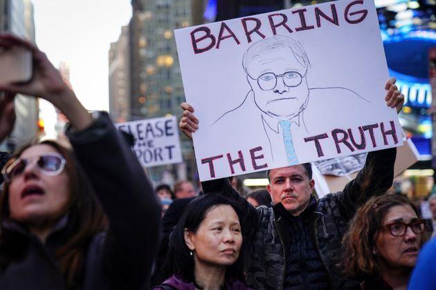 미국 곳곳에서 뮬러 특검 수사 결과 보고서 공개를 촉구하는 시위가 열렸다. 한 시민이 윌리엄 바(William Barr) 법무장관의 이름을 딴 피켓('진실을 가로막다')을 들고 있다....