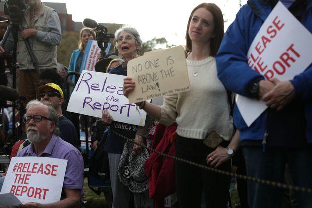 미국 워싱턴DC 백악관 근처에서 열린 특검 보고서 공개 촉구 시위에서 참석자들이 피켓을 들고 있다. 2019년