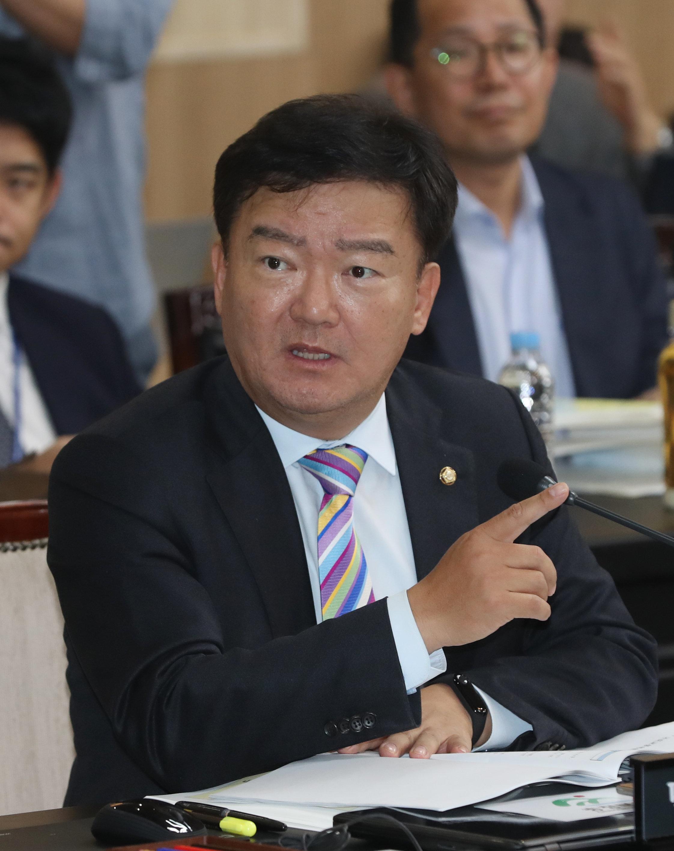 민경욱이 페이스북에 몇 차례 산불에 대한 글을 게시했다가 비판받고