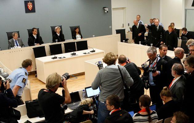 77명의 목숨을 앗아간 노르웨이 테러의 범인 아네르스 베링 브레이크가 결심 공판에서 '백인 우월주의 제스처'를 취하고 있다. 그에게는 노르웨이 법정 최고형인 징역 21년형이 선고됐다....