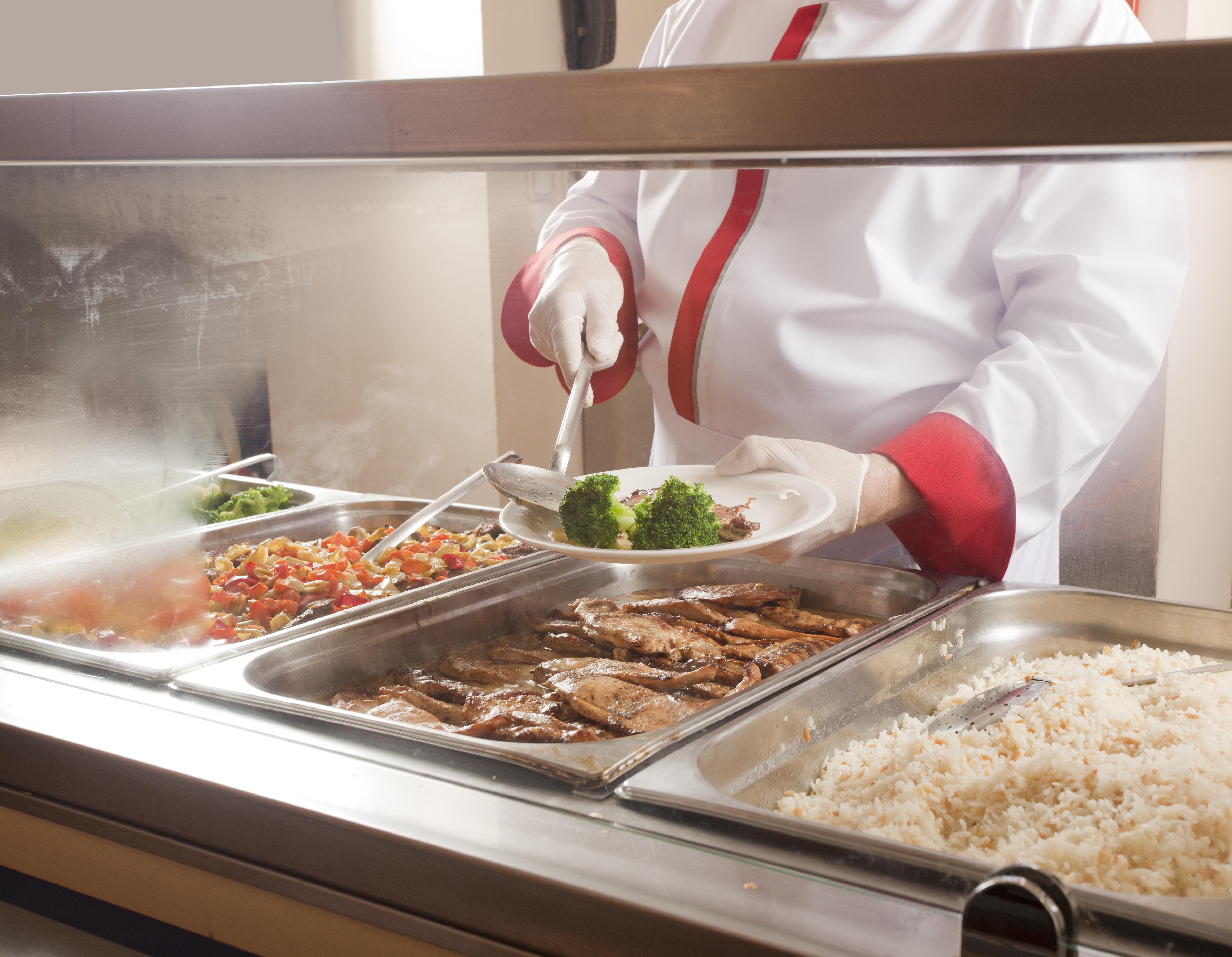 廃棄される給食がお弁当に変身。アメリカの小学校で画期的な試み