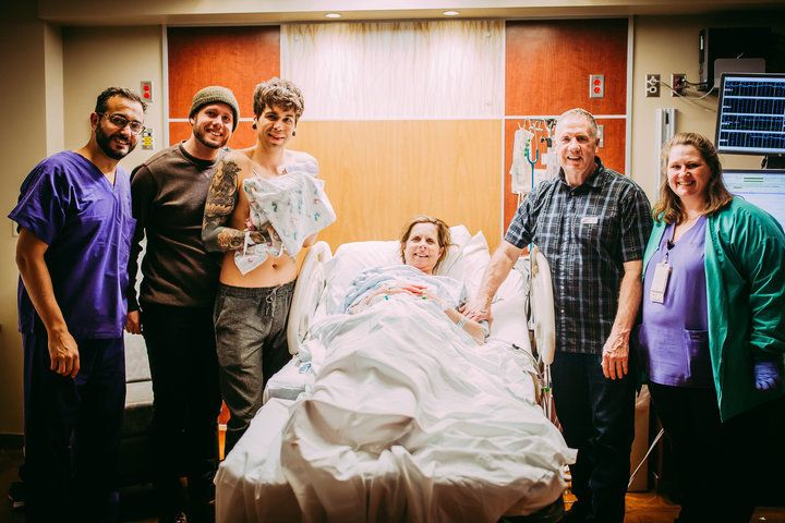 3月25日に孫娘を出産したセシル・エレッジさんと、彼女を囲む家族
