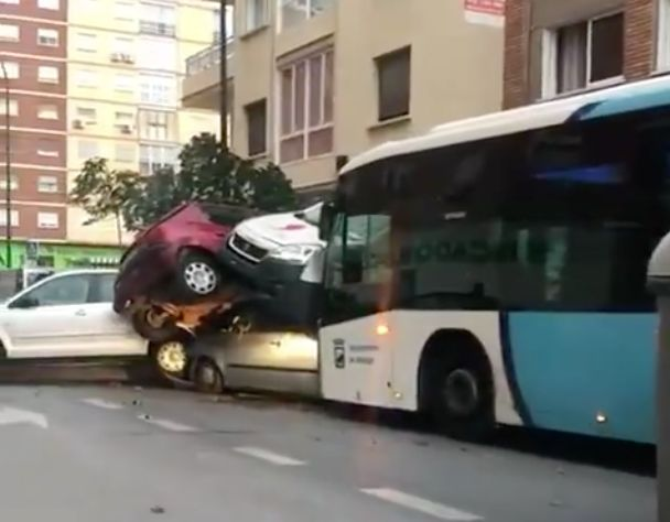 Un autobús arrolla varios coches en Málaga tras desvanecerse el