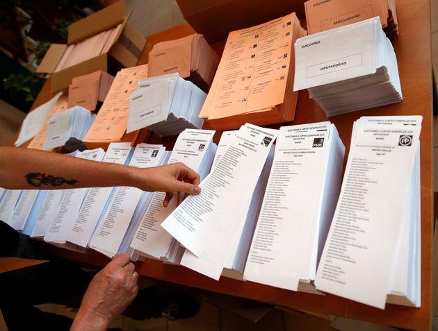 Un ciudadano elige su papeleta en las últimas elecciones, el 26 de junio de 2016, en