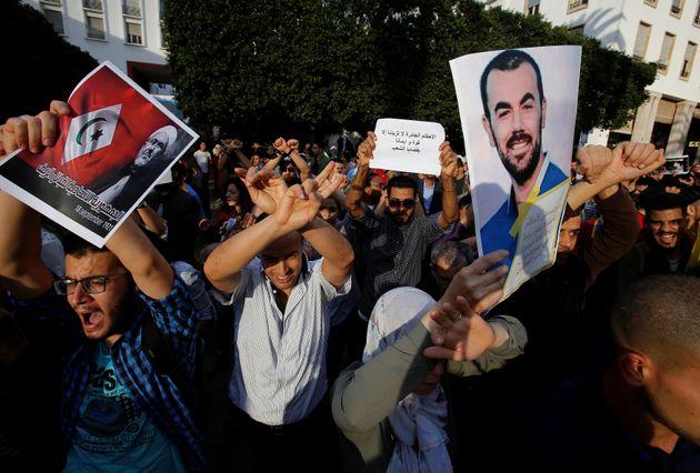 Des manifestants participent à un sit-in pour dénoncer la condamnation du leader du