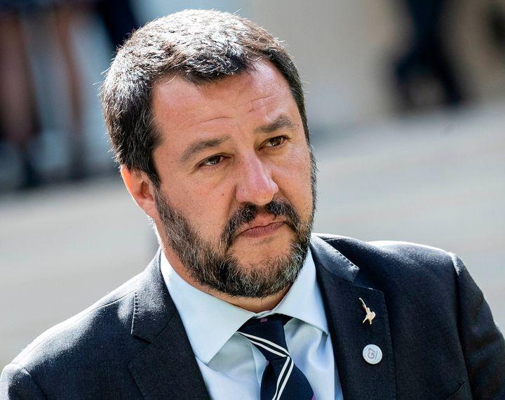 """Matteo Salvini réintroduit """"père"""" et """"mère"""" au détriment des mentions """"parent 1"""" et """"parent 2""""."""