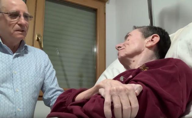 Fotograma del vídeo en el que Ángel Hernández ayuda a su pareja, María José...