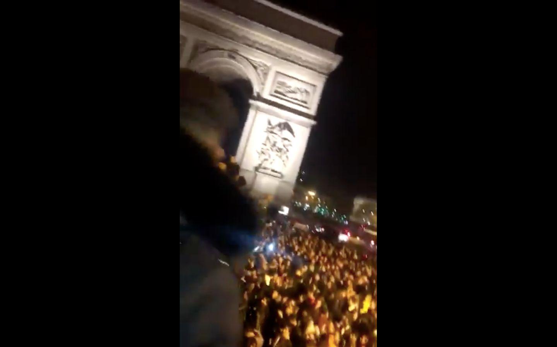 Le bus de PNL sur les Champs-Élysées, les fans se massent autour de l'Arc de