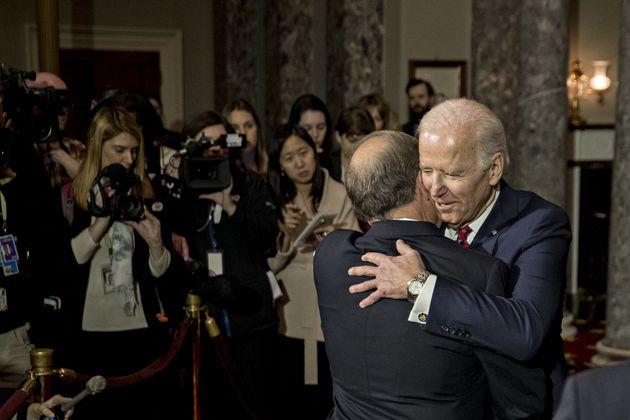 조 바이든이 부적절한 신체 접촉 논란에 사과는 커녕 농담을