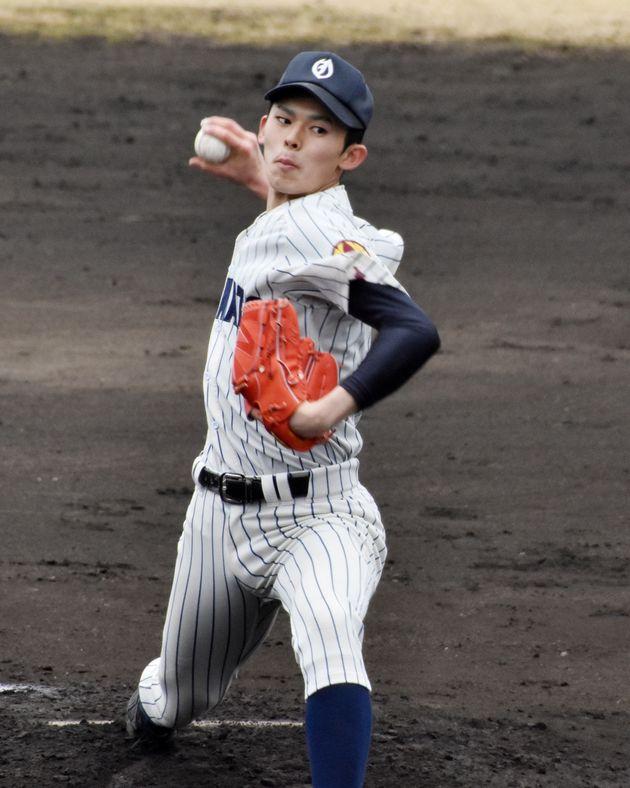 作新学院との練習試合で、力投する大船渡の佐々木朗希投手=3月31日、栃木・矢板運動公園野球場