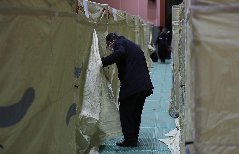 5일 오후 강원도 고성군 토성면 천진초등학교에 마련된 이재민 대피소에서 한 이재민이 배정받은 텐트로 들어가고