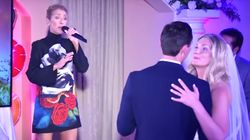 Céline Dion joue à la chanteuse de noces à Las