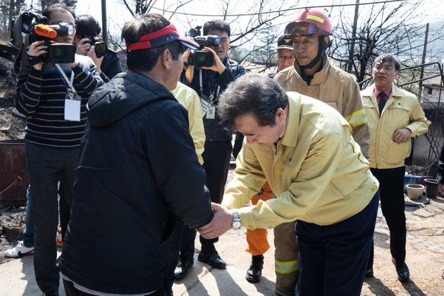이낙연 국무총리가 5일 강원도 강릉시 옥계면 산불 피해 민가를 찾아 한 이재민을 위로하고
