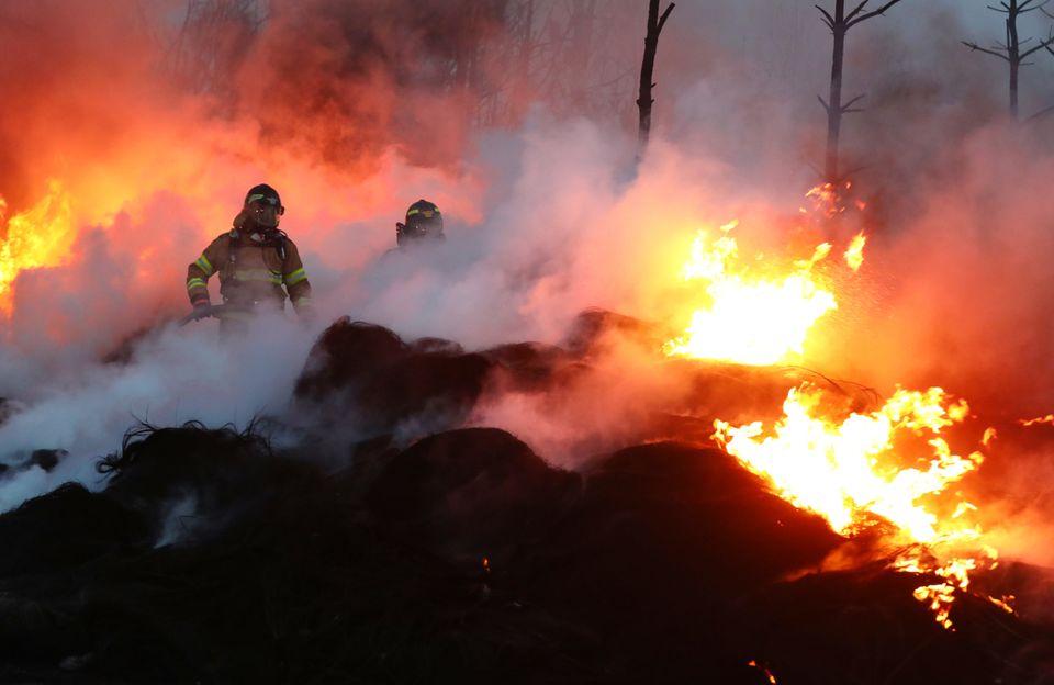 5일 오전 강원 고성군 토성면에서 소방대원이 밤 사이 꺼지지 않은 잔불을 정리하고 있다.