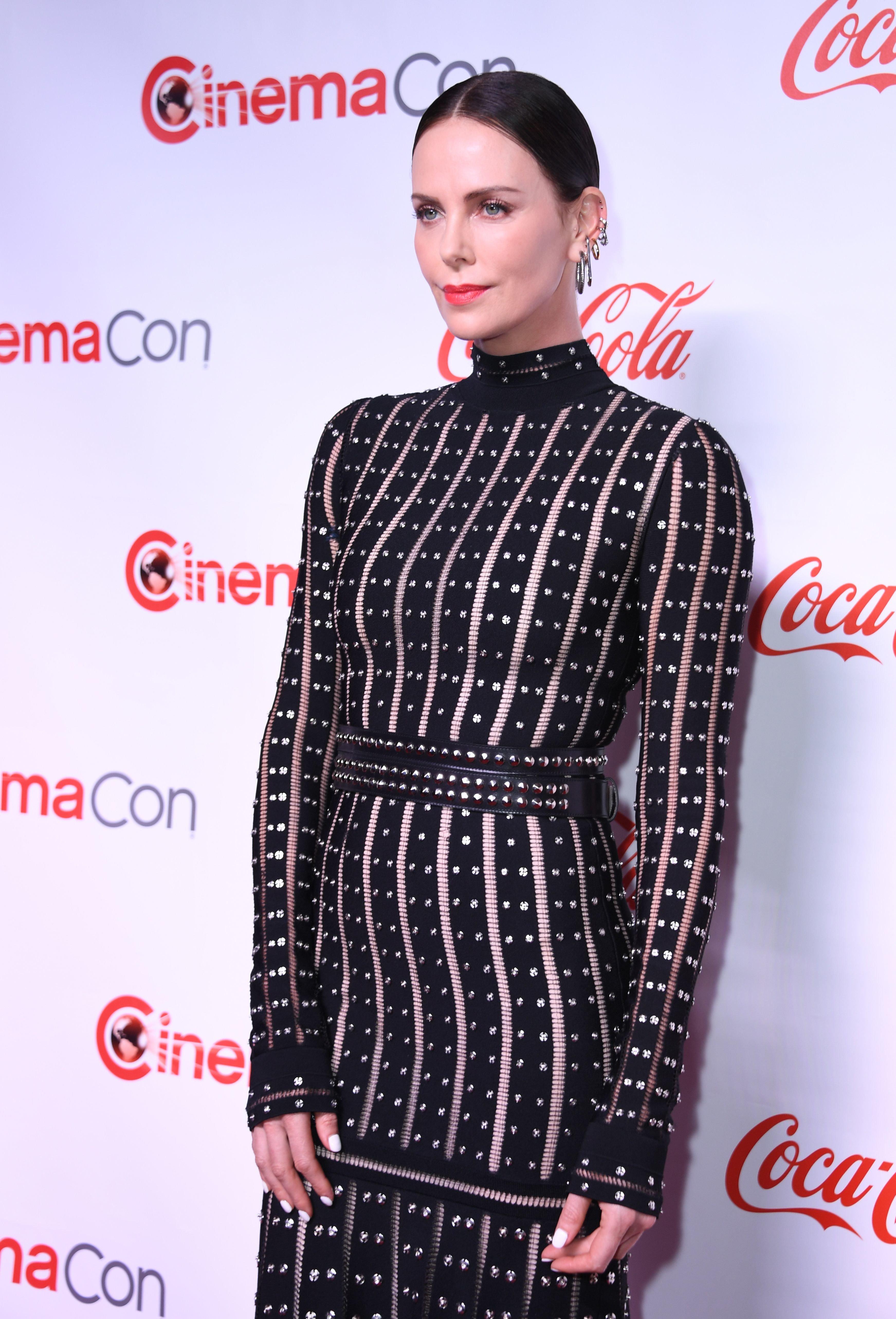Charlize Theron annonce qu'elle est célibataire (et lance un