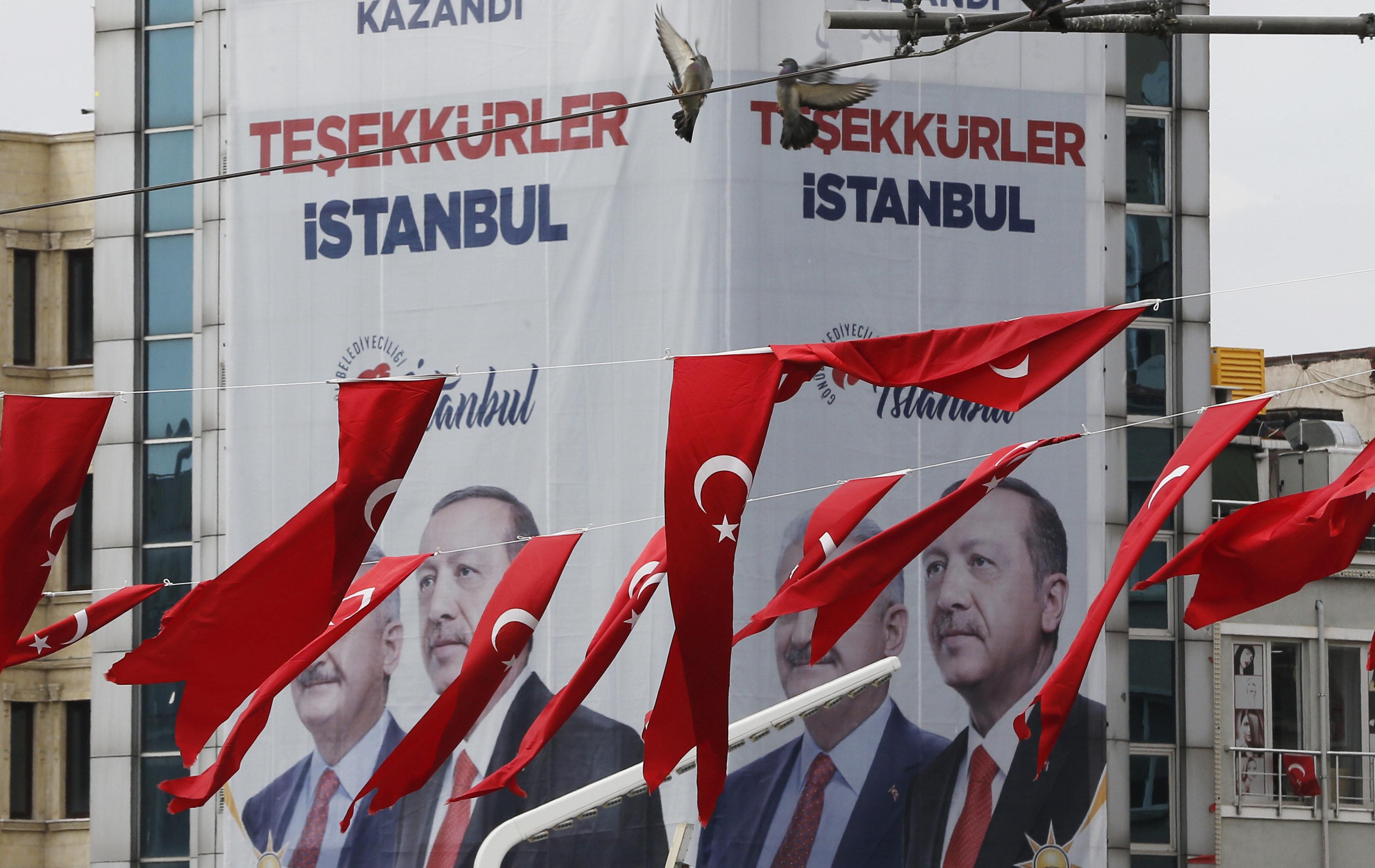 Το κόμμα του Ερντογάν δεσμεύεται να σεβαστεί το αποτέλεσμα της επανακαταμέτρησης στην