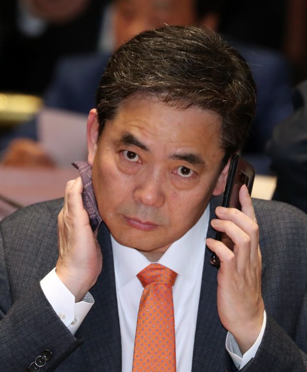 곽상도 자유한국당 의원이 3월 28일 서울 여의도 국회에서 열린 의원총회에서 땀을 닦고