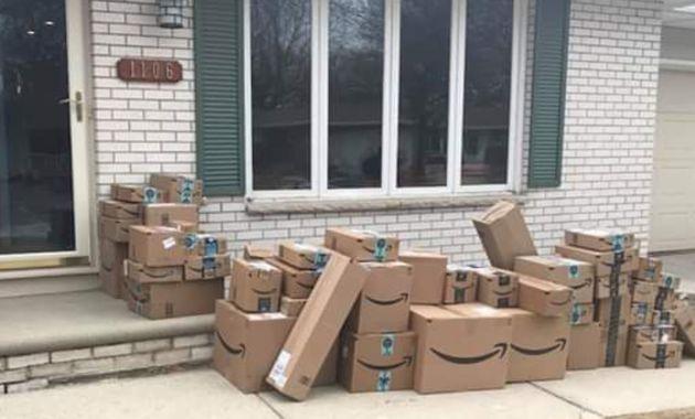 Amazonの段ボールが大量に家の前に並べられた