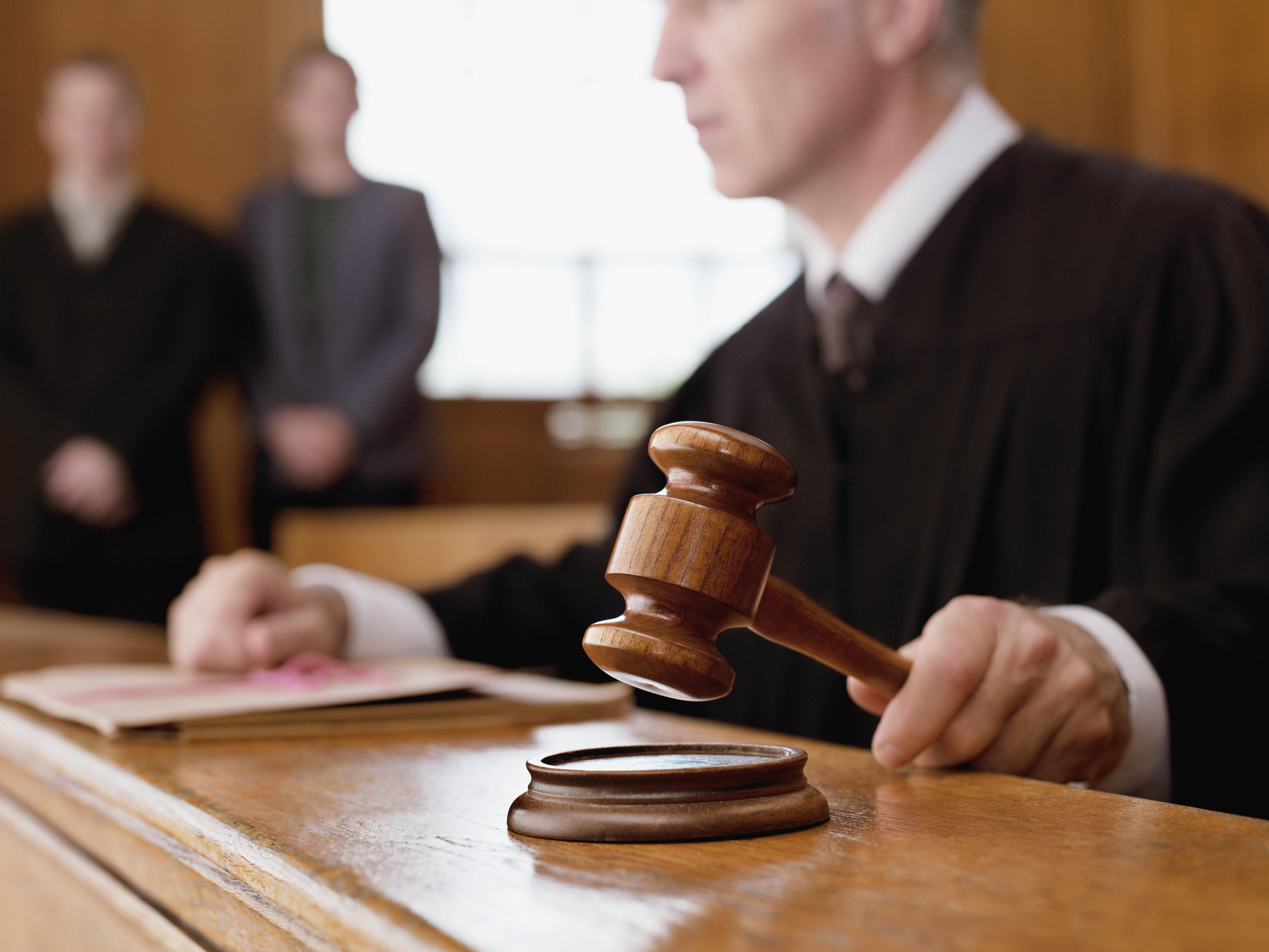 性的暴行を訴える女性に「足は閉じましたか?」と裁判官。 停職処分の可能性も