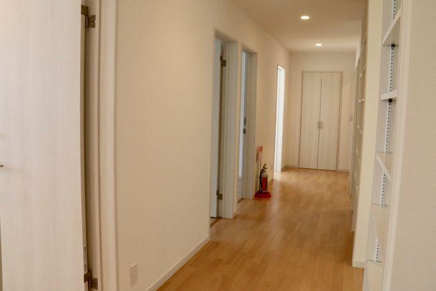 TOKIWAの内部 左手に個人用の部屋が4部屋、右手はクローゼットとシャワールーム(3部屋)。