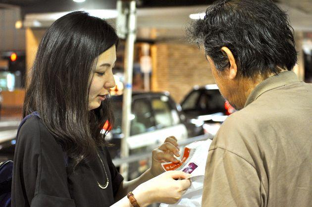 ホームレス状態の人々の生活支援のため、夜回り活動をするHomedoor理事・事務局長の松本浩美さん。