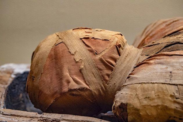 Λύθηκε μυστήριο με 60 αιγυπτιακές μούμιες που τάφηκαν μαζί, μετά από βίαιους
