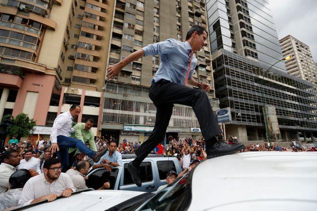 Guaidó sobe a carro de som para falar com seus apoiadores em manifestação em Caracas...