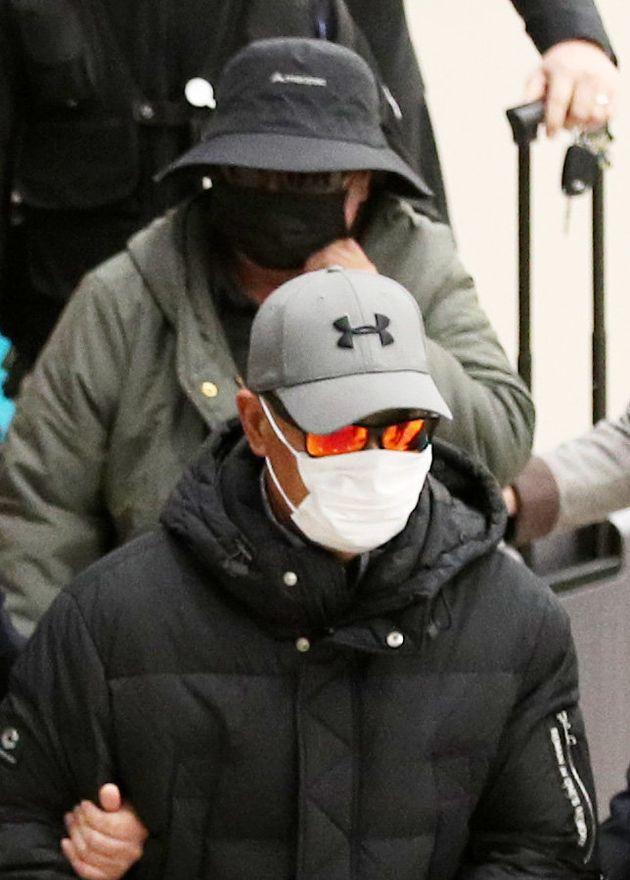 래퍼 마이크로 닷(본명 신재호, 25)의 부모가 8일 오후 인천국제공항 제2터미널을 통해 입국해 압송되고