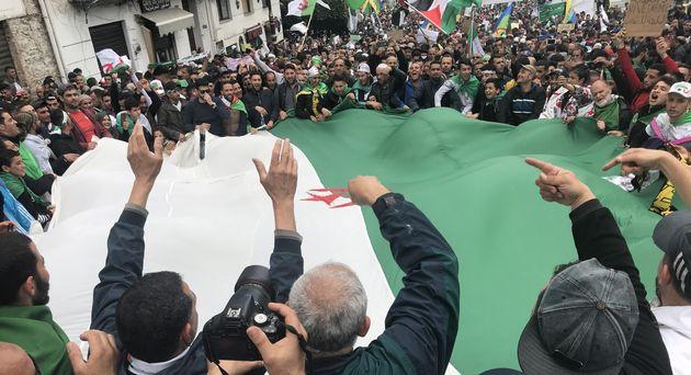 Des manifestants dans les rues d'Alger contre
