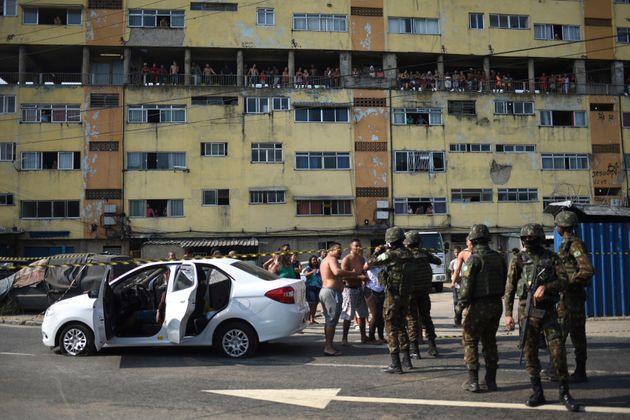 Militares ao lado do carro de Evaldo Rosa dos Santos, que foi alvejado com 80 tiros de fuzis. O motorista,...