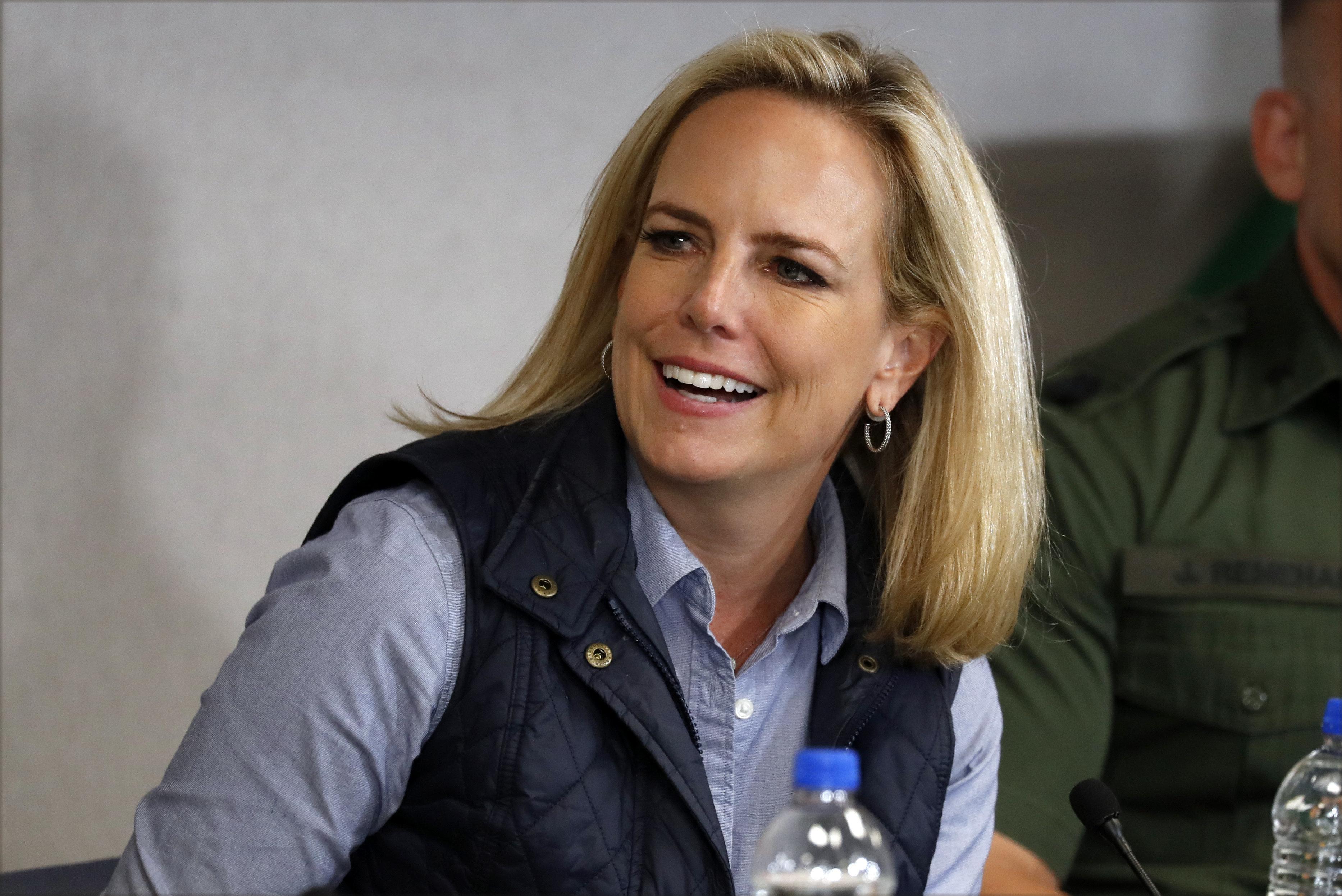 Kirstjen Nielsen, secretaria de Seguridad Nacional, sonríe mientras escucha al presidente Donald Trump en la estación de la Patrulla Fronteriza en Calexico, California, el viernes 5 de abril de 2019. (AP Foto/Jacquelyn Martin)