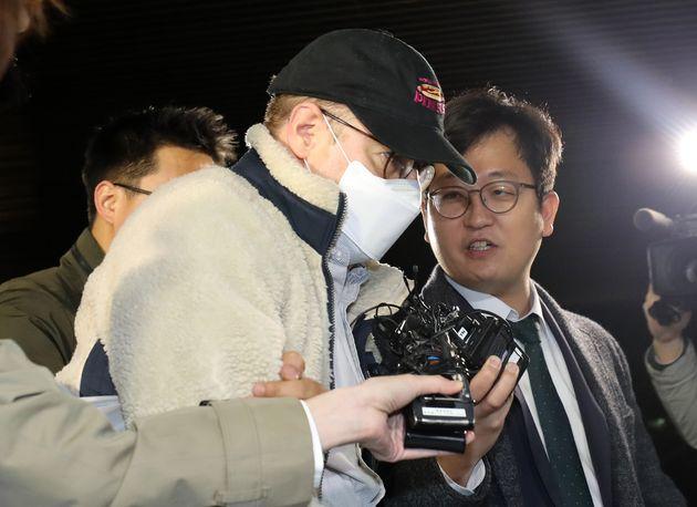 마약류 투약 혐의로 체포된 방송인 하일(로버트 할리·60)씨가 9일 오전 경기도 수원시 영통구 수원남부경찰서에서 조사를 마치고 수감을 위해 압송되고