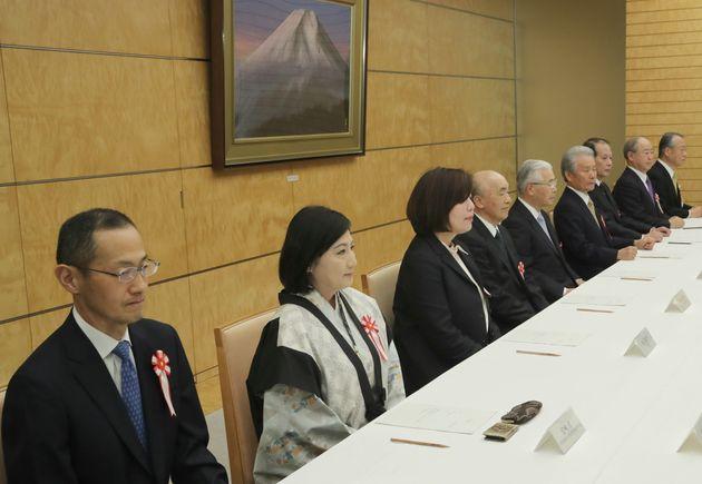 「元号に関する懇談会」に臨む有識者。番組内で「女性」と分類された宮崎緑さんと林真理子さんの姿が。