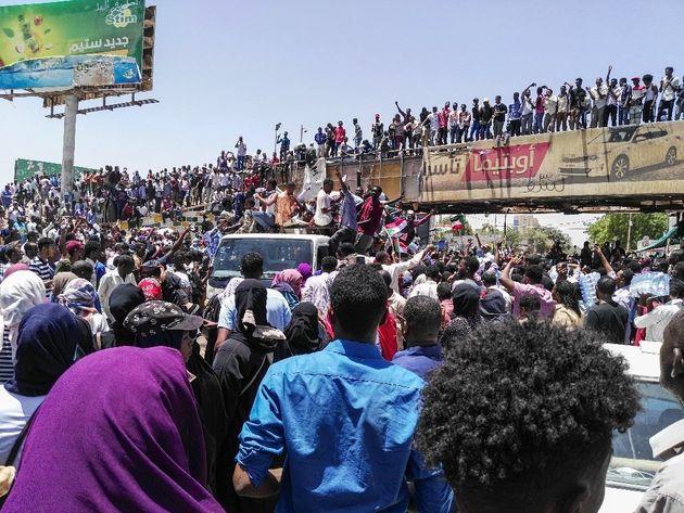 Soudan: tirs de gaz lacrymogènes sur la foule toujours rassemblée à