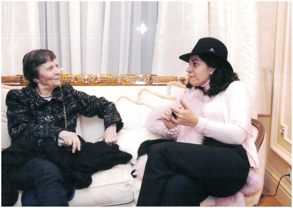 Η κα. Αρβελέρ (αριστερά) συνομιλεί με την κα. Παγώνη