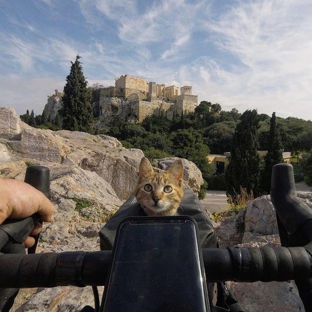 Στην Ελλάδα ο Σκωτσέζος που γυρίζει τον Κόσμο με το ποδήλατο και την γάτα